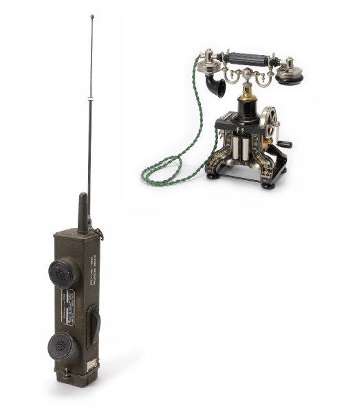 1941년 탄생한 군용 무(선)전(화)기 SCR-536. 군용이지만 세계 최초의 무선전화기로 볼 수 있다(왼쪽).  스웨덴의 종합통신회사 L.M.에릭손이 만든 '2호 스켈러튼' 전화기. 1892년 생산됐으며, 역사상 가장 아름다운 전화기로 손꼽힌다.