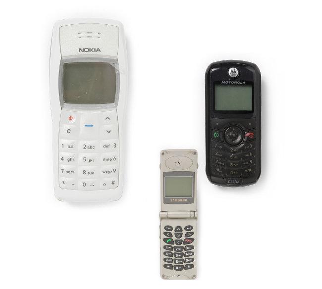 세계적으로 2억5000만 대가 팔린 '노키아 1100' 휴대전화(왼쪽부터). 1999년 삼성이 개발한  세계 최소형 폴더폰 SCH-A100. 2006년 출시된 '모토로라 C113a'. 판매가 20달러로 가난한 사람도 휴대전화를 사용할 수 있게 됐다.