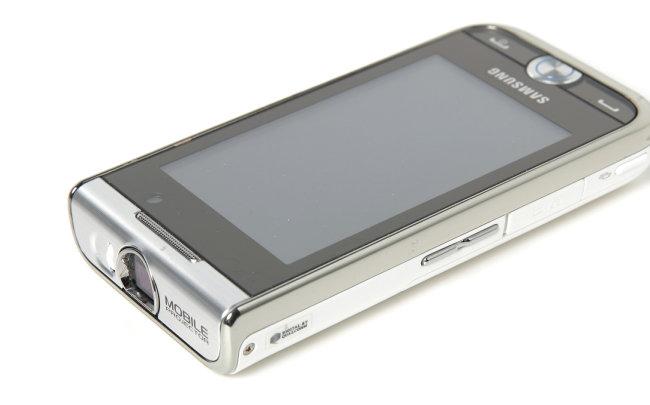 2010년 칠레 북부 광산에 광부 33명이 매몰됐을 때 삼성이 전달한 '빔 프로젝트폰(GT-i7410)'. 지하에 갇혀 있던 광부들은 이 전화기로 가족 사진, 축구 경기 등을 시청하며 구조를 기다렸다.