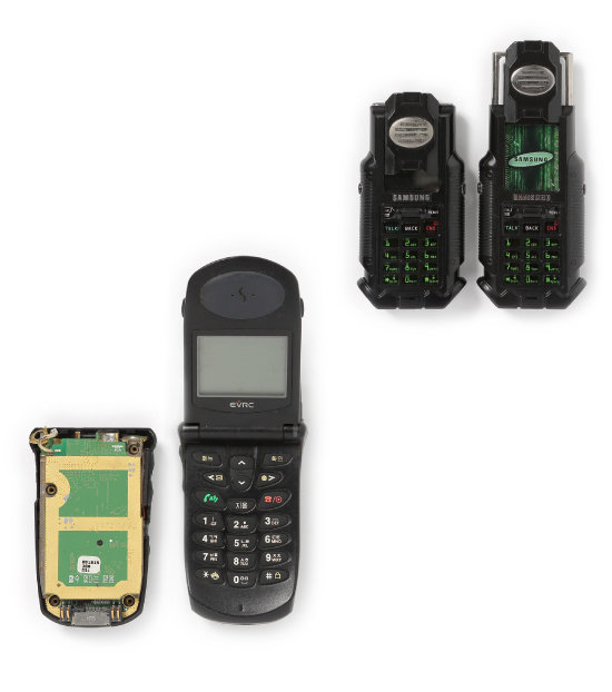 1998년 삼성에서 나온 폴더폰 SCH-800. 휴대전화 내부 기판에 '할 수 있다는 믿음'이라는 문장이 음각돼 있다(왼쪽). 당시 세계시장을 휩쓸던 모토로라 폴더폰 '스타택'을 앞서보겠다는 국내 엔지니어들의 의지의 표현으로 보인다(왼쪽). 2003년 삼성이 출시한 SPH-N270. '매트릭스2 폰'이라는 별칭으로 유명하다. 단 5000대만 생산돼 수집가들의 애를 태웠다.