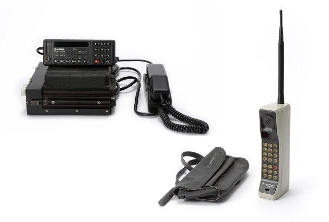1984년 생산된 노키아의 차량용 전화기 'Sanator'(왼쪽).  1983년 모토로라가 개발한 '다이나택 8000X'. 세계 최초로 상용화된 휴대전화로 크기 때문에 가방에 넣어 다녔다.
