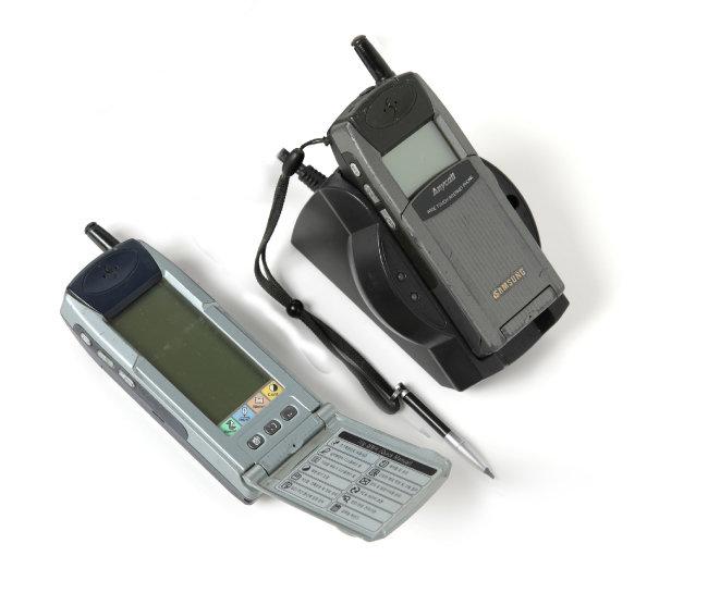 SPH-M1000(왼쪽)과 SPH-M100. 아직 스마트폰이라는 용어가 쓰이지 않던 시절로, 삼성은 이 전화기를 '애니콜 인터넷폰'이라고 했다.
