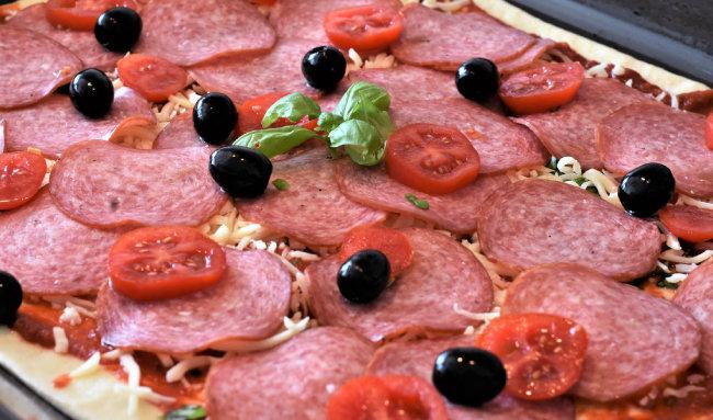 올리브를 얹은 피자.