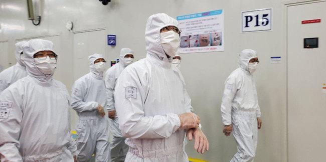이재용 삼성전자 부회장(가운데)이 5월 18일 중국 시안(西安) 삼성전자 낸드 플래시 메모리 반도체 공장을 방문, 생산라인을 살피고 있다. [삼성전자 제공]