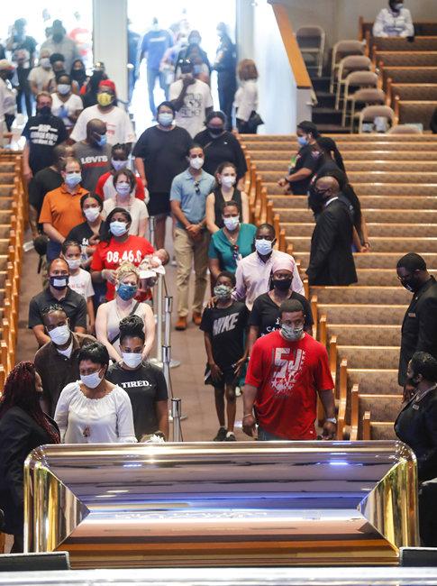 6월 8일 텍사스주 휴스턴의 한 교회에서 조문객이 줄을 선 모습.