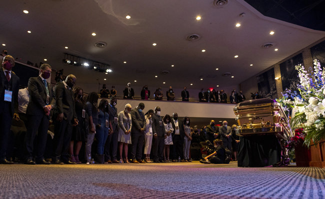 6월 4일 미국 미네소타주 미니애폴리스에서 시민들이 플로이드의 관 앞에 서서 그를 추모하고 있다.