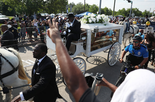 6월 9일 플로이드의 장례 행렬이 텍사스주 휴스턴 시내를 지나고 있다. 휴스턴시는 6월 9일을 '플로이드의 날'로 선포했다.