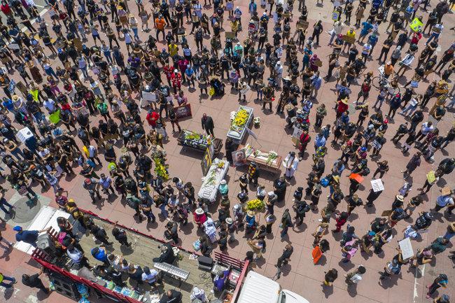 .6월 8일 캘리포니아주 로스앤젤레스에서도 플로이드와 또 다른 경찰 과잉 진압 희생자들의 추모식이 열렸다.