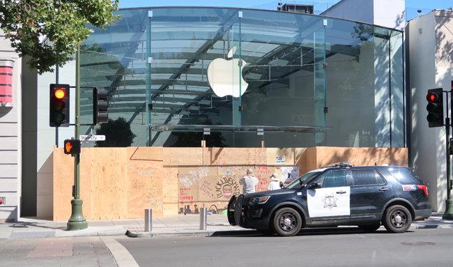 미국 실리콘밸리 중심도시 팰로앨토 유니버시티 애비뉴에 있는 애플스토어. 상점 앞에 경찰차가 서 있고, 전면 유리 창에 약탈을 막기 위한 나무판이 붙어 있다. 이 가림막에는 조지 플로이드 그림이 그려져 있다.