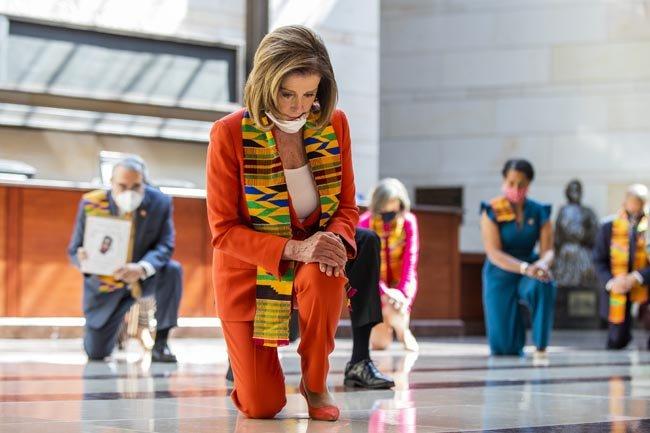 6월 8일 미국 하원 의사당에서 낸시 펠로시 의장이 플로이드의 죽음을 기리며 민주당 지도부와 함께 무릎을 꿇고 있다.