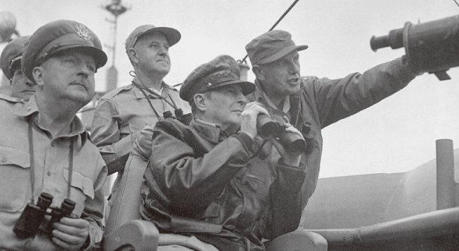 6·25 전쟁 당시 주한유엔군사령관 더글라스 맥아더(가운데). [미국 국립문서 기록관리청]