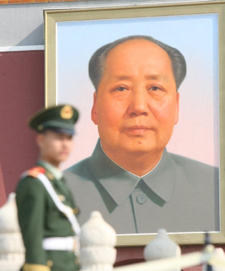 마오쩌둥은 주요 모순이 지도적·결정적이고, 기타 모순은 부차적·종속적이라고 했다. 사진은 톈안먼광장에 걸린 마오쩌둥 초상화. [동아DB]