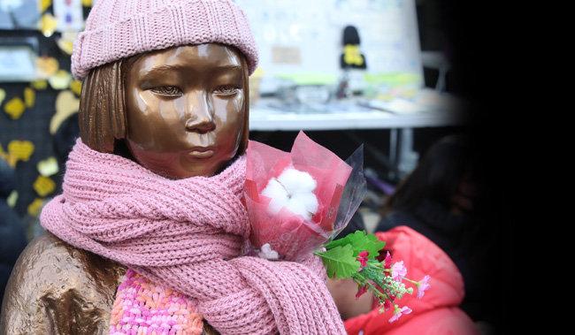 서울 종로구 중학동 옛 일본대사관 앞에 설치된 위안부 소녀상. [뉴시스]