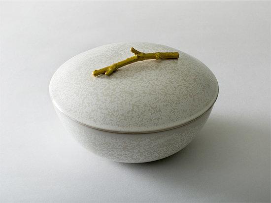 '결정유' 유약을 사용해 독특한 무늬를 완성한 김선미 작가의 그릇. 뚜껑 손잡이를 살구나무 가지로 만들어 멋을 더했다.