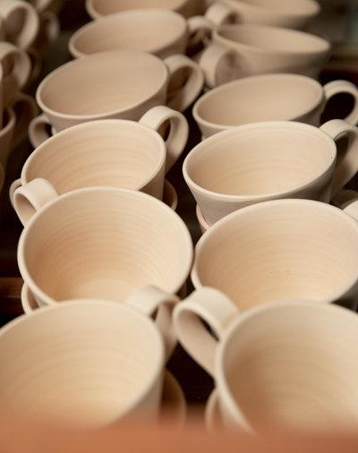 """김선미 작가가 제작하고 있는 도자기 잔들. 김 작가는 """"도자기는 똑같은 디자인, 같은 기술로 만들어도 매번 결과물이 다르다. 그것이 진정한 매력""""이라고 밝혔다."""