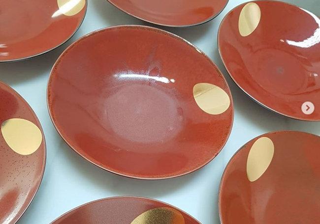 김선미 작가가 동아일보 창간 100주년을 기념해 만든 접시 '승(昇)'. 붉게 떠오르는 태양과 아침 이슬을 형상화했다.
