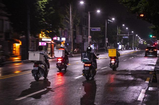 6월 3일 새벽 한산한 차도를 오토바이들이 지난다.