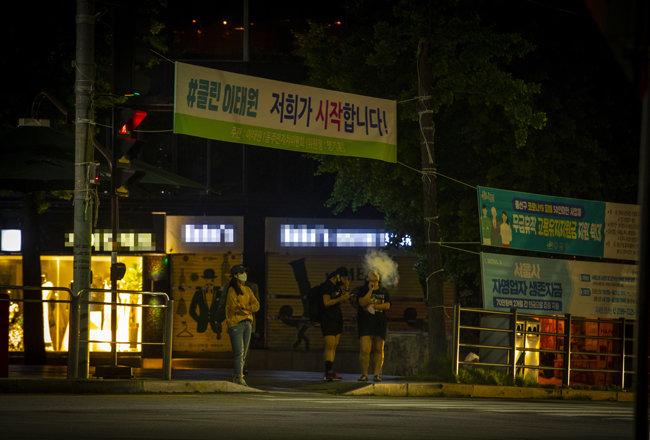 6월 2일 밤 서울 용산구 이태원동에 방역 의지를 북돋는 플래카드가 걸려 있다.