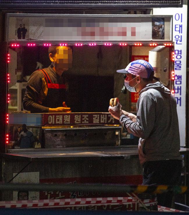 6월 2일 밤 모처럼 찾아온 손님과 대화를 나누는 햄버거 가게 주인.