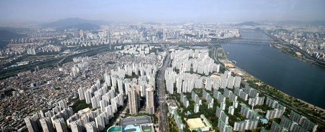 서울 송파구 롯데월드타워에서 바라본 아파트 단지 모습. [뉴시스]