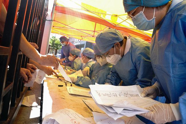 베이징시 한 병원에서 의료인들이 검사 서류를 분류하고 있다.
