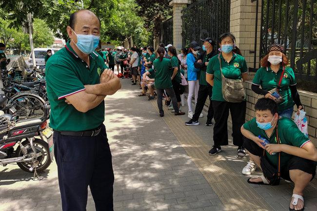 베이징시 펑타이구 신파디 시장 인근 주민들이 검사를 받기 위해 줄 서 있다.