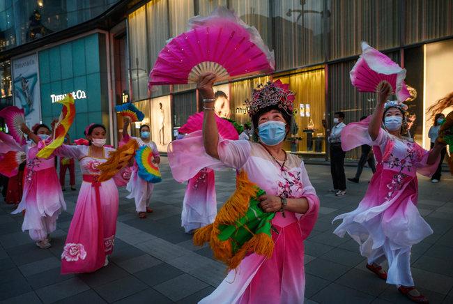 6월 4일 베이징 시민들이 코로나19 확산이 잦아들었다며 축하 행사를 벌이고 있다.