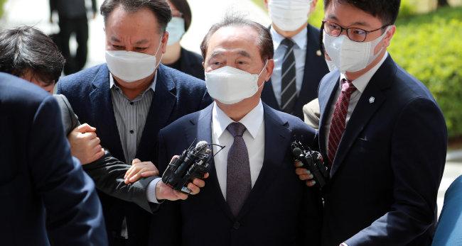 6월 2일 오거돈 전 부산시장이 구속영장 실질심사를 받기 위해 부산지방법원으로 들어가고 있다. [박경모 동아일보 기자]