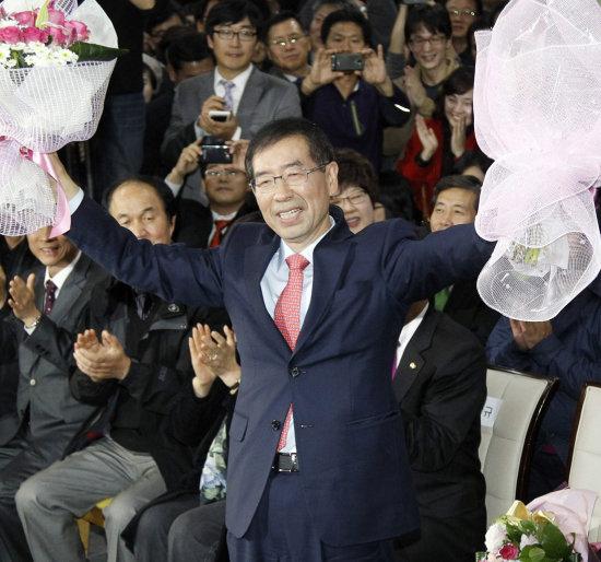 2011년 10월 26일 서울시장 보궐선거에서 당선된 박원순 당선자가 서울 종로구 안국동 캠프에서 환하게 웃고 있다. [동아DB]