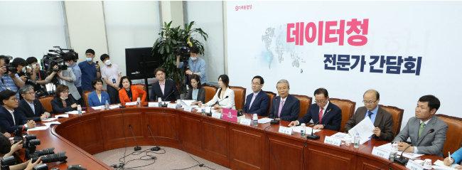 김종인 미래통합당 비상대책위원장(오른쪽 네 번째)과 주호영 원내대표가 6월 11일 서울 여의도 국회에서 열린 데이터청 전문가 간담회에서 인사말을 하고 있다.