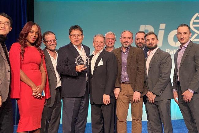 2월 6일(현지시각) 미국 뉴저지주에서 열린 '이노베이터 어워드' 시상식에서 조정우 SK바이오팜 대표(왼쪽에서 네 번째)를 비롯한 회사 관계자들이 바이오 뉴저지협회 혁신상을 수상했다. [SK바이오팜 제공]