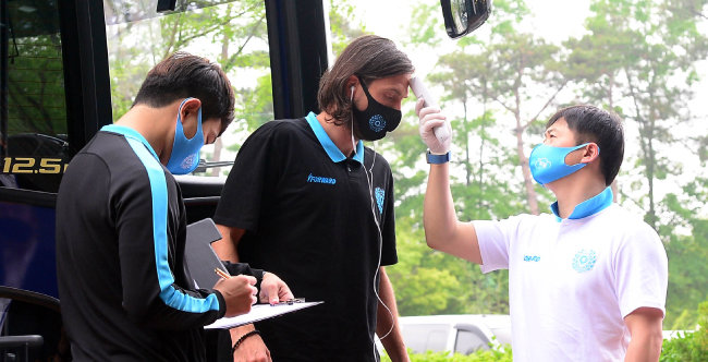 5월 24일 전북 전주월드컵경기장에서 'K리그1' 전북 현대와 대구FC의 경기가 열렸다. 대구FC 선수 데얀이 구단 버스에서 내린 뒤 체온 측정을 하고 있다. [동아DB]