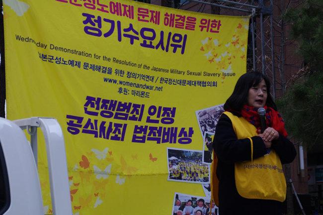 2019년 4월 3일 한국여성민우회가 주관한 '일본군성노예제 문제해결을 위한 1381차 수요시위'에 참석한 윤미향 더불어민주당 의원(당시 정의기억연대 대표). [사진 정의기억연대 제공]