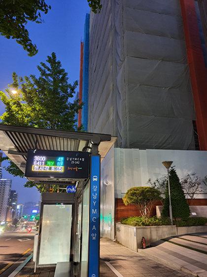 공사장 담장이 보이는 '강남YMCA앞' 정류장 근처 모습. [이홍주 제공]