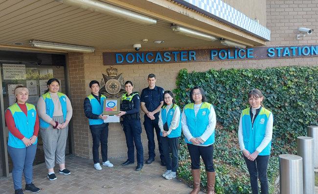 하나님의 교회 대학생봉사단 ASEZ가 14일 호주 멜버른 돈캐스터 이스트 경찰서를 방문해 '핸드-투- 핸드 릴레이' 응원키트를 전달했다.