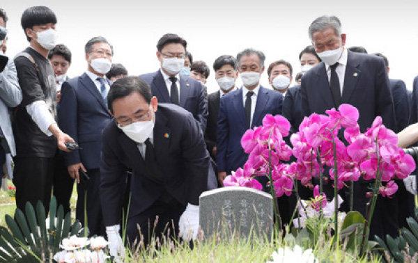 주호영 미래통합당 원내대표(가운데)를 비롯한 당 지도부가 5월 18일 광주 국립5·18민주묘지를 찾아 단체로 참배하고 있다. [동아DB]