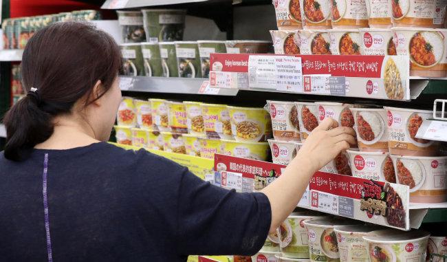 신종 코로나바이러스 감염증(코로나19) 확산에 비대면 소비가 증가하면서 HMR 수요가 늘었다. 서울의 한 대형마트에서 소비자가 HMR 제품을 고르는 모습. [뉴스1]