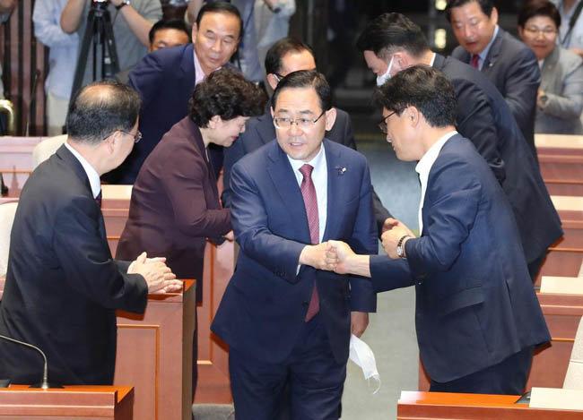주호영 미래통합당 원내대표가 6월 25일 서울 여의도 국회에서 열린 긴급 비상의원총회에 참석하고 있다. [뉴시스]