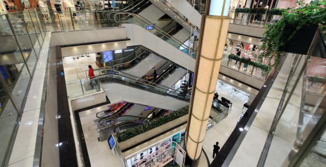 코로나19 유행 후 텅 비어 있는 서울 명동 한 백화점. 한국은행은 올해 1분기 경제성장률이 전분기 대비 1.4% 마이너스를 기록했다고 밝혔다. [뉴스1]