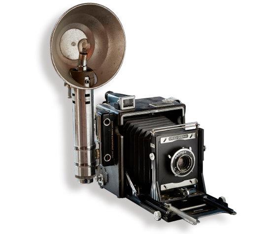 Speed Graphic 1912년부터 1973년까지 생산된 제품. 작게 접을 수 있고 렌즈 교환이 가능하며 플래시 벌브를 장착할 수 있는 등 기능이 우수해 움직이는 피사체를 촬영해야 하는 사진작가와 기자 등이 많이 사용했다.