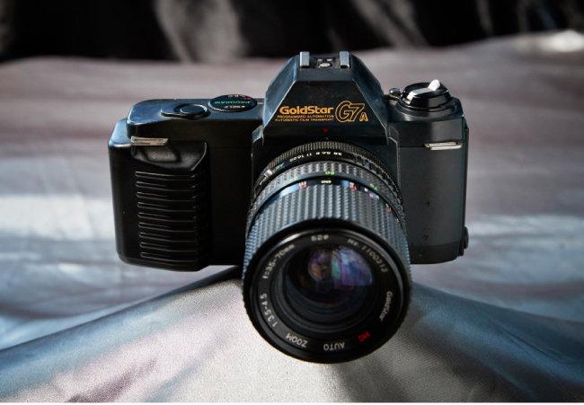 GoldStar T7A(canon T50) 카메라가 사치품으로 여겨져 수입 제한 품목이던 시절, 일본의 주요 카메라 브랜드는 한국 회사와 합작 형태로 한국 시장에 진출했다. 이 카메라는 LG 전신 금성과 캐논이 합작해 만든 것이다.