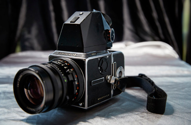 Hasselblad 503CW 폭 60mm 짜리 필름을 사용하는 중형 포맷 카메라의 대표 브랜드. 카메라와 렌즈를 스웨덴 장인이 수작업으로 제작해 뛰어난 이미지 품질을 구현한다. 1962년 미국 항공우주국 우주비행사가 처음으로 달에 가져간 카메라가 바로 이 브랜드의 카메라다.