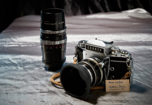 EXAKTA Varex II b 독일 엑작타사가 1967년 출시한 카메라. 24x36mm의 표준 영화용 화면 사이즈를 사용하는 최초의 SLR카메라다. 셔터와 필름을 감는 레버가 모두 왼쪽에 있는 것이 특이하다. 1960년대 미국 대사관에서 사용하던 카메라로, 박창희 씨가 지인 소개로 소장하게 됐다. 사용자의 친필 사인이 같이 보관돼 있다.