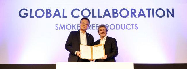 KT&G는 올 1월 글로벌 담배기업 필립모리스 인터내셔널(PMI)과 '릴' 수출 계약을 맺었다. 백복인 KT&G 사장(왼쪽)과 안드레 칼란조폴로스 PMI 최고경영자.