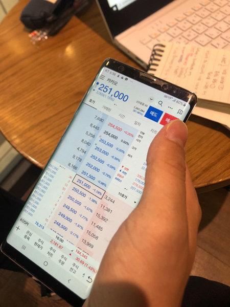장제민(25) 씨가 6월 7일 안암동 한 카페에서 모바일 증권앱으로 보유주식 주가를 확인하고 있다. [문혜령 제공]