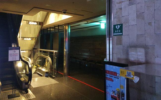 4월 22일 서울 한 영화관 내부. 주위가 어둡고 직원이 없어 방향 안내를 보더라도 자동심장충격기를 찾을 수 없었다. [박재균 제공]