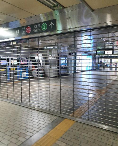 4월 22일 지하철 운행 시간이 끝난 후 서울지하철 강남역. 셔터가 내려져 있어 자동심장충격기로 접근이 불가능하다. [박재균 제공]