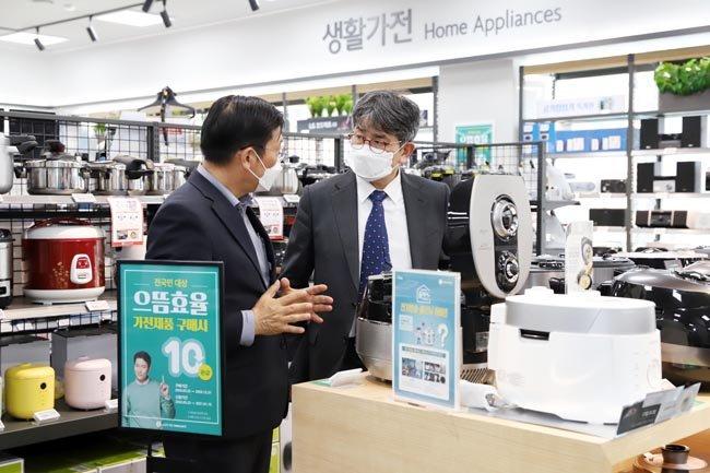 으뜸효율 가전제품 환급사업은 신종 코로나바이러스 감염증 확산으로 위축된 소비 심리를 되살리기 위한 것으로, 가전제품 구매비용의 10%를 돌려준다. [동아DB]