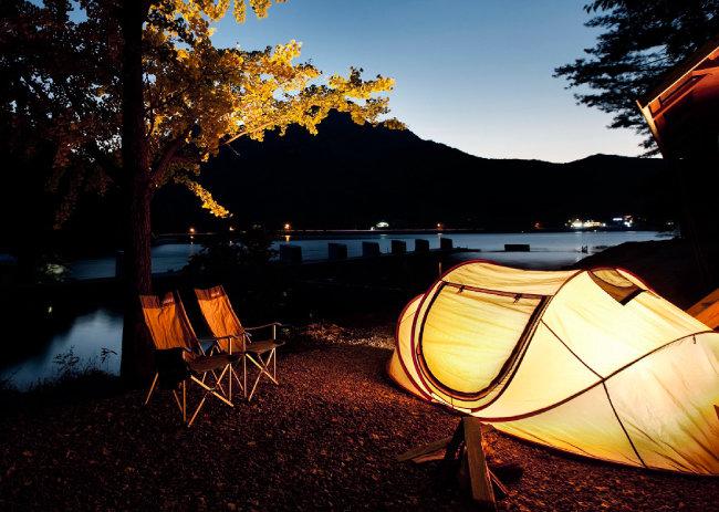 올 여름 캠핑을 떠날 때는 비교적 텐트 사이 간격이 넓은 숲속 캠핑장을 이용하는 게 좋다. [한국관광공사 제공]