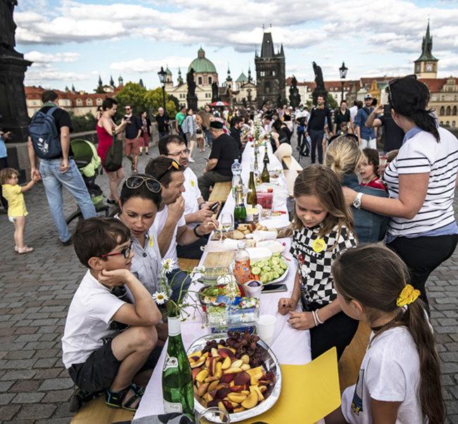 어린이들도 오랜만의 야외 식사가 즐겁다.